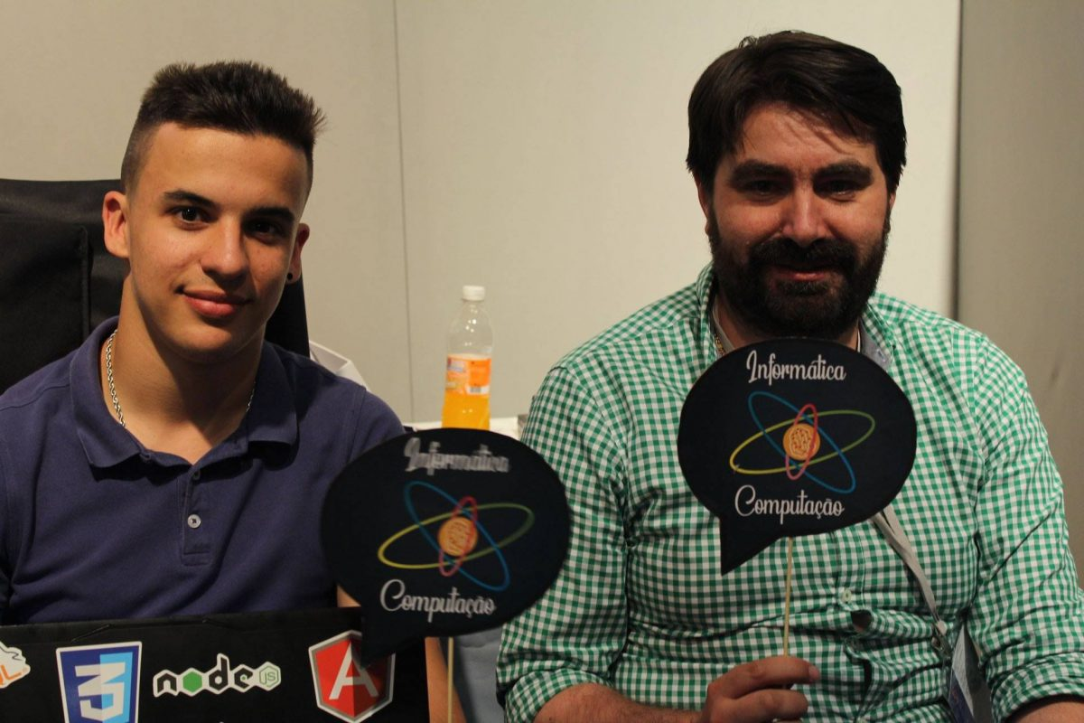 Bruno Melo e Renato Martins do projeto EmotiveChair no concurso Jovens Cientistas